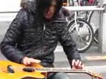 ピアノをギターのように弾くミュージシャン.jpg